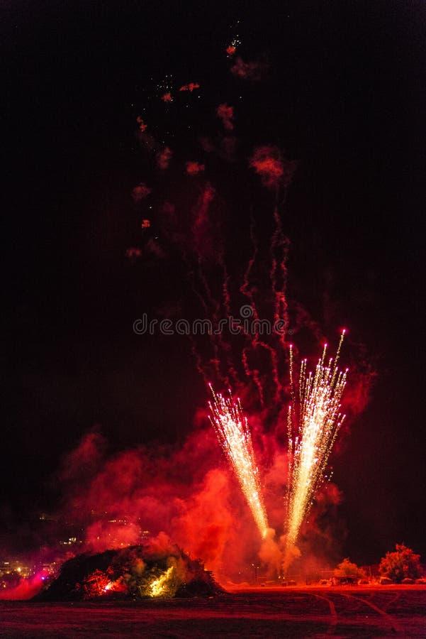 在一个海滩在晚上,肋前缘Brava,西班牙的篝火 免版税库存图片