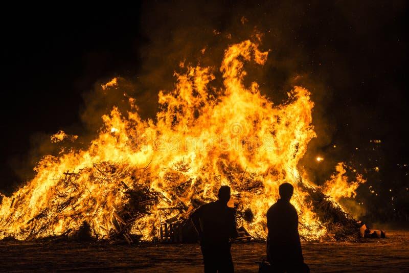 在一个海滩在晚上,肋前缘Brava,西班牙的篝火 库存照片