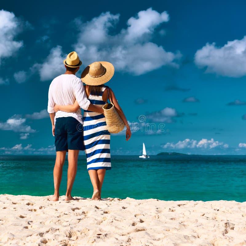 在一个海滩的夫妇在塞舌尔群岛 免版税库存图片