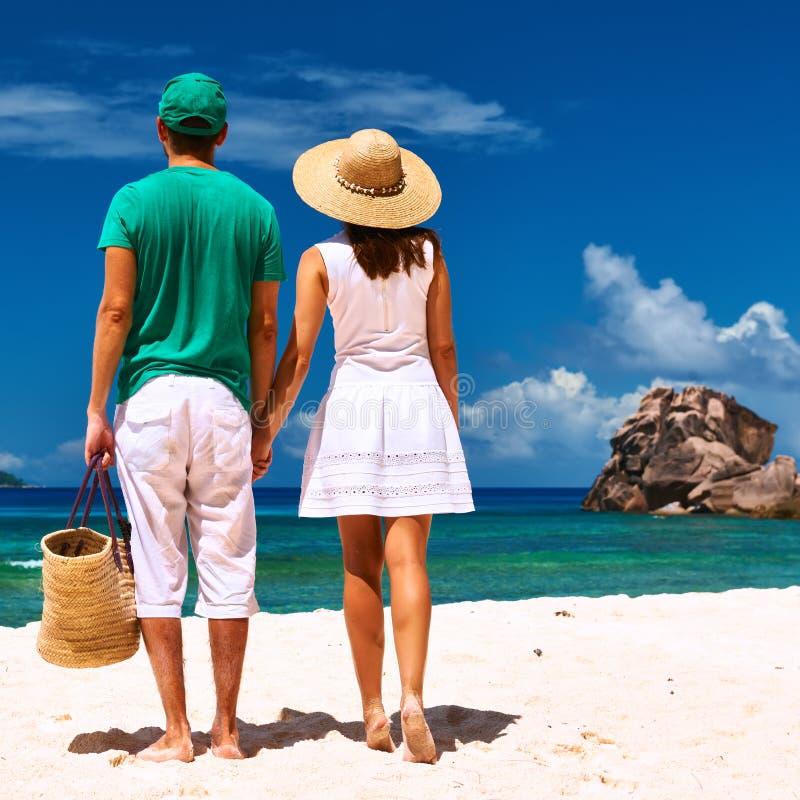 在一个海滩的夫妇在塞舌尔群岛 免版税图库摄影