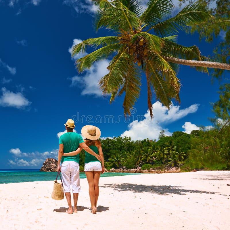 在一个海滩的夫妇在塞舌尔群岛 库存图片
