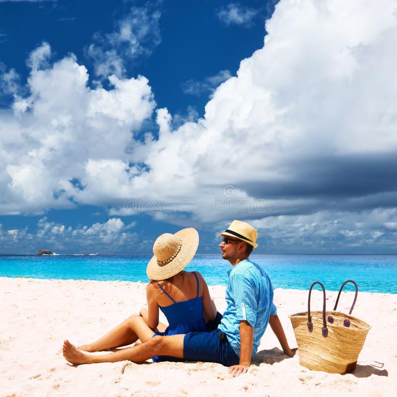 在一个海滩的夫妇在塞舌尔群岛 库存照片