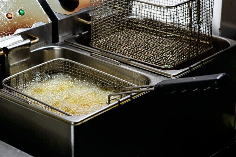 在一个深炸锅的准备 在热的fa的新鲜的沙拉三明治球油炸物 免版税库存照片