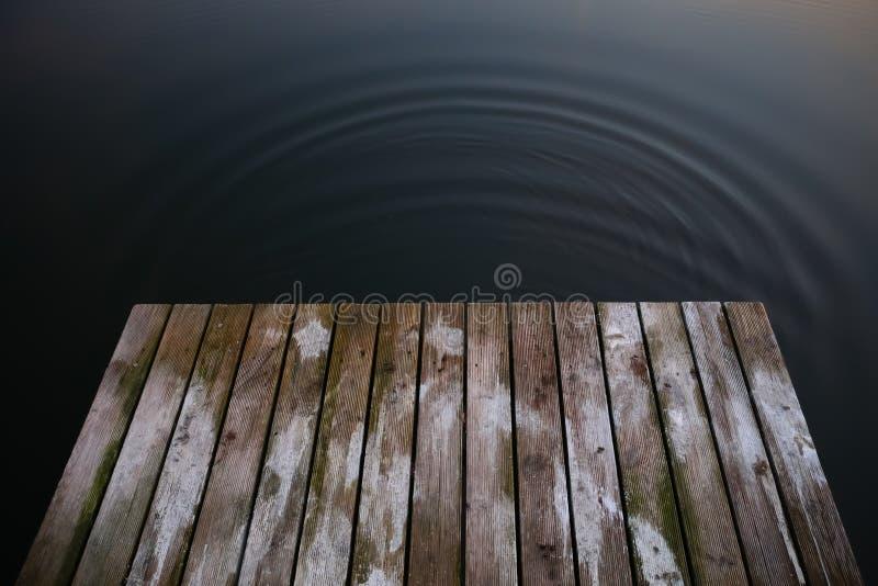 在一个深黑色大海湖wi的老土气难看的东西码头桥梁 免版税图库摄影