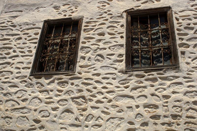 在一个混凝土墙上的老窗口 外面,房子 库存图片