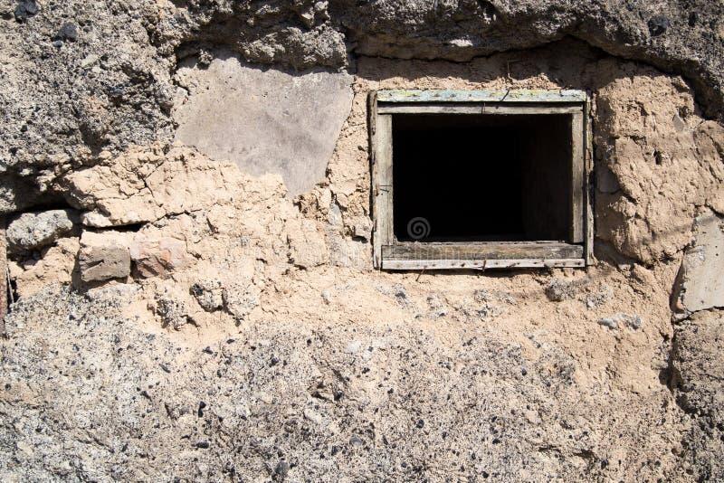 在一个混凝土墙上的老窗口 免版税库存图片