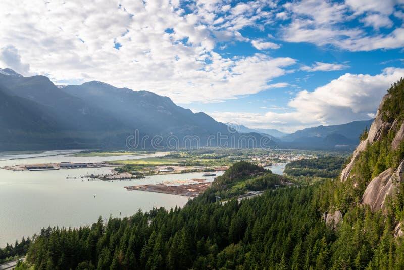 在一个清楚的夏天下午的耸立的森林山围拢的谷 免版税图库摄影