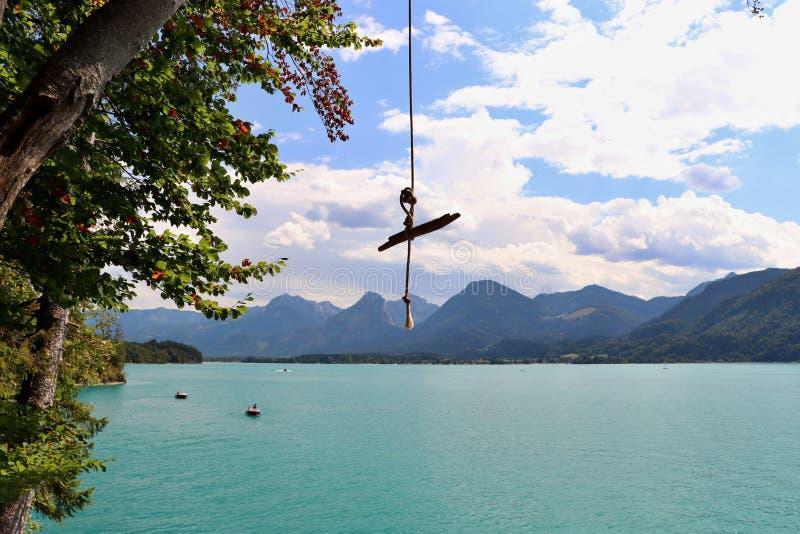 在一个湖上的摇摆在奥地利 库存图片
