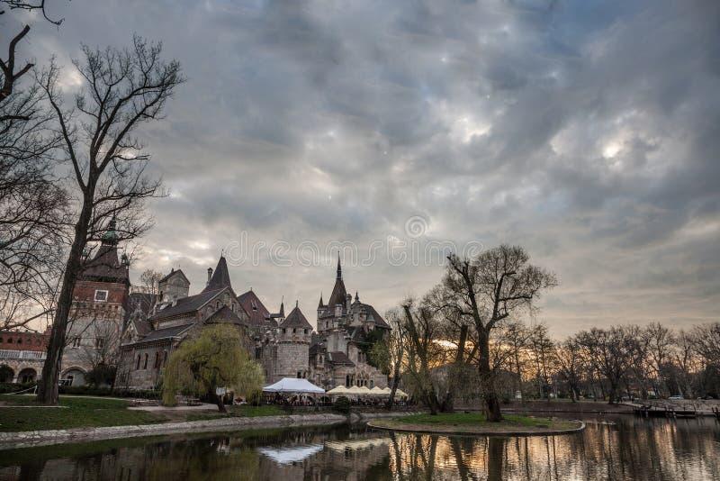 在一个湖前面的Vajdahunyad城堡在Varosliget公园城市公园在布达佩斯,匈牙利 免版税库存照片
