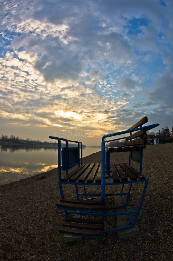 在一个湖有剧烈的天空反射的, Ada湖,贝尔格莱德的五颜六色的秋天日落 免版税库存图片