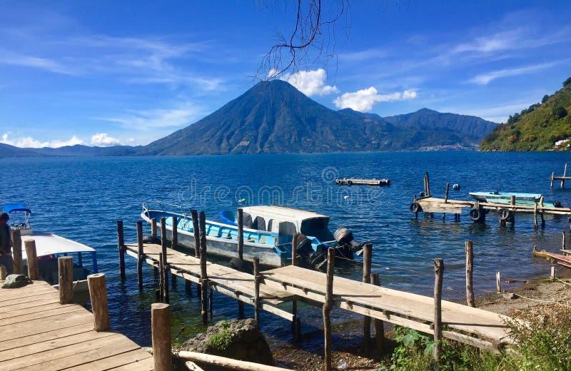 在一个湖的一个火山在圣地亚哥Atitlan -墨西哥 免版税库存照片