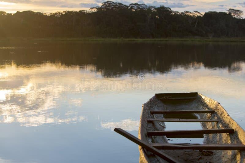 在一个湖的日落有独木舟的, Madidi国家公园 流星锤 免版税库存照片