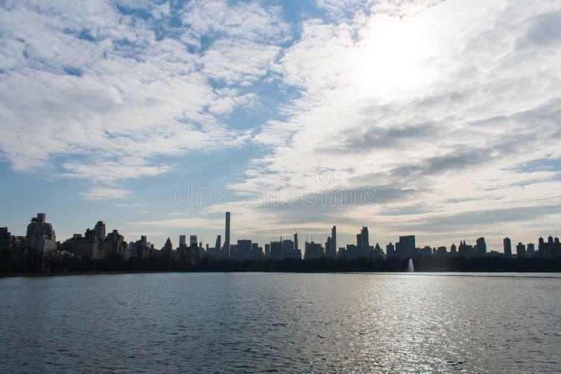 在一个湖的纽约地平线有令人敬畏的云彩的 库存图片