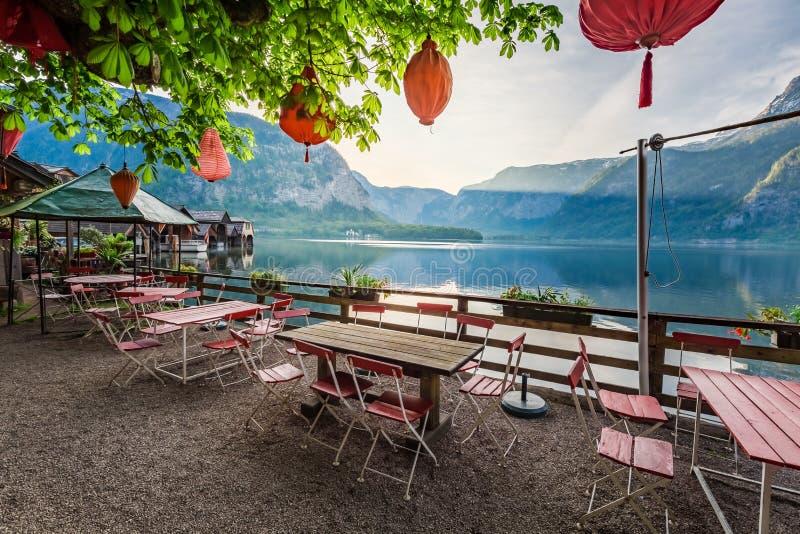 在一个湖的美好的日出在Hallstatt,阿尔卑斯,奥地利,欧洲 免版税库存照片