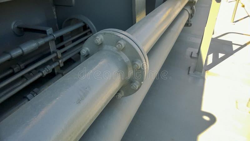 在一个灰色管子的被安装边缘的连接 在船的甲板的管子 免版税库存图片