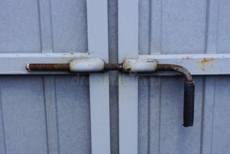在一个灰色金属门的大铁deadbolt 免版税库存图片
