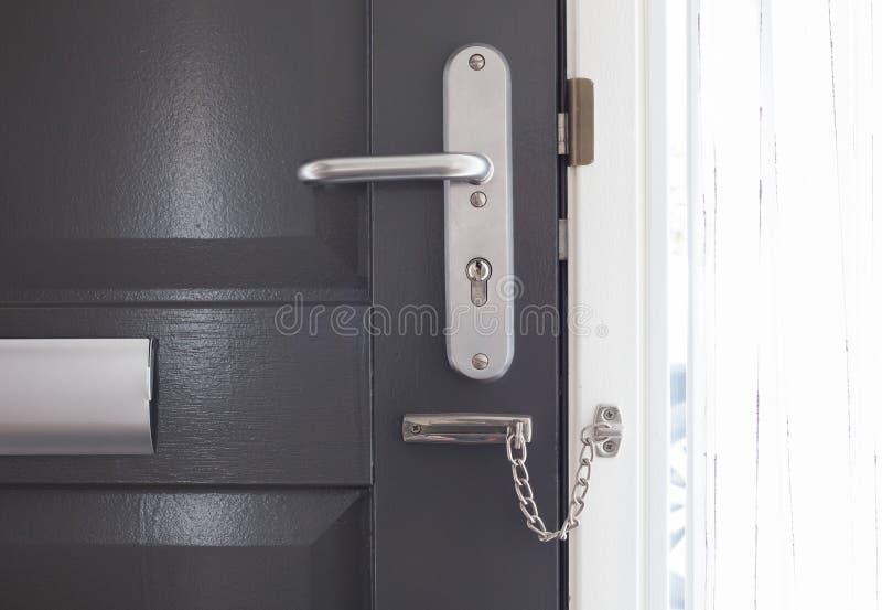 在一个灰色门的门链 免版税图库摄影