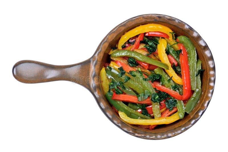 在一个炸锅的五颜六色的胡椒在白色背景 免版税库存图片