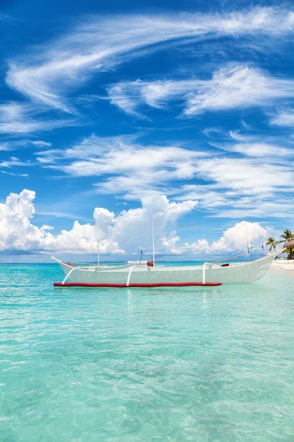 在一个热带海岛上的小船 库存照片