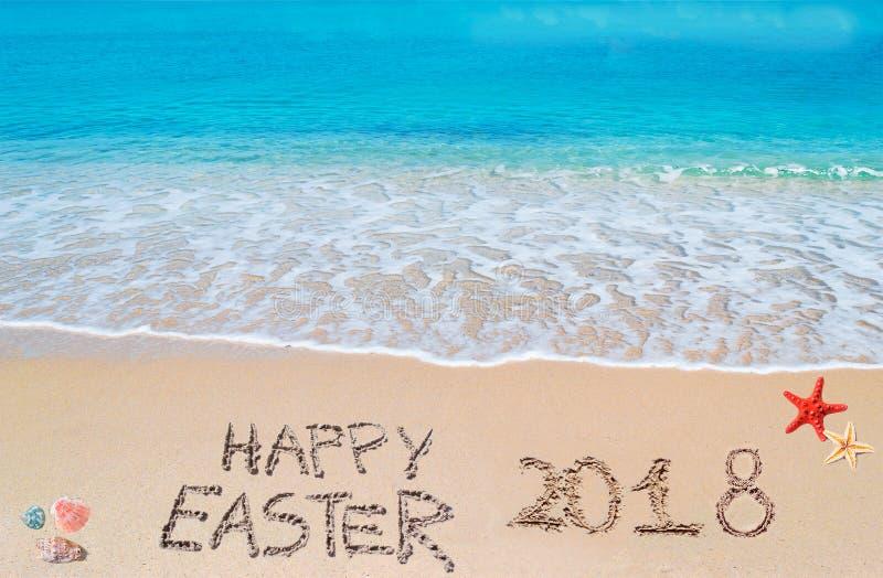 在一个热带海滩的复活节快乐2018年在云彩下 免版税库存照片