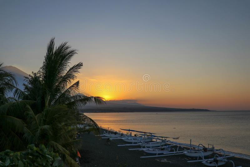 在一个热带海滩的浪漫日落与棕榈树 E r E 库存照片