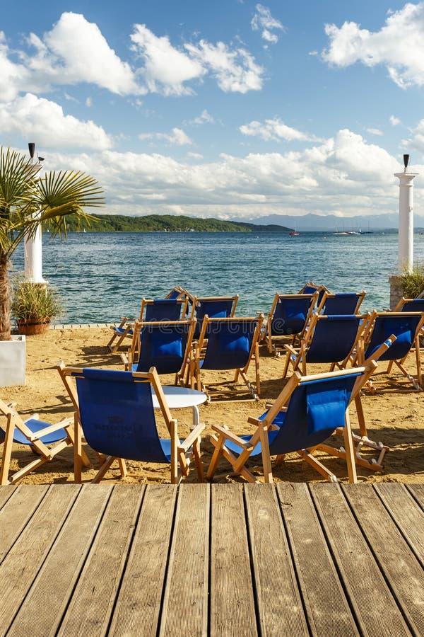 在一个热带海滩的蓝色可躺式椅椅子 库存图片