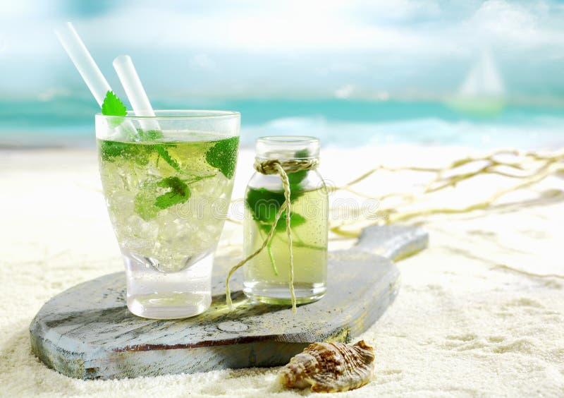 在一个热带海滩服务的Mojito鸡尾酒 免版税库存图片