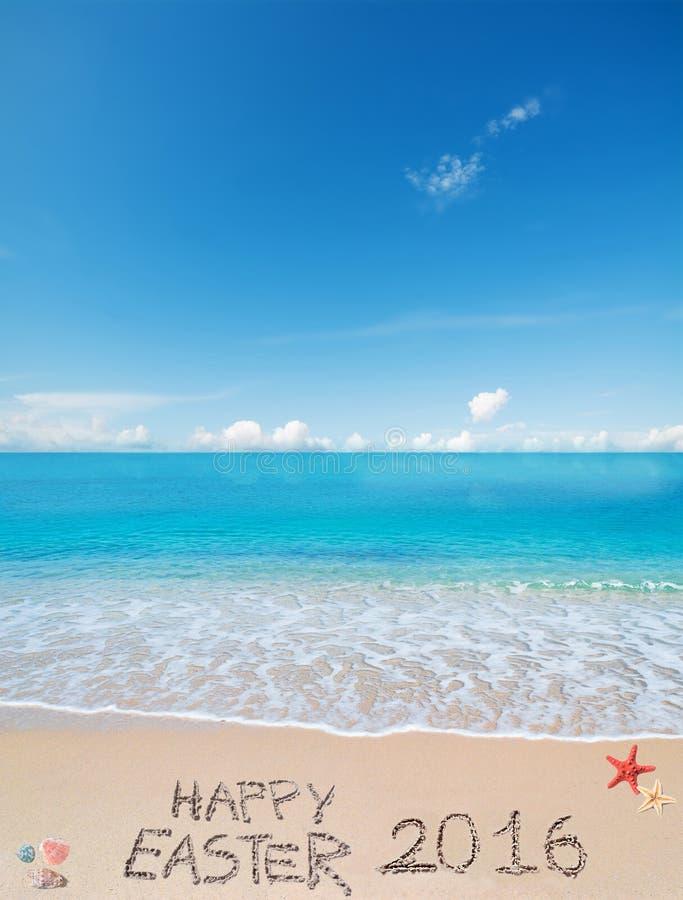 在一个热带海滩的复活节快乐2016年在云彩下 库存照片