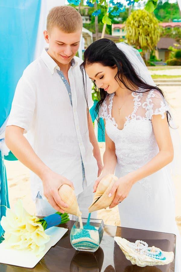 在一个热带海滩的婚礼在蓝色 沙子仪式 机会 免版税库存图片