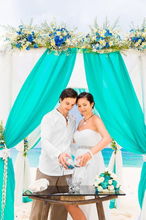 在一个热带海滩的婚礼在蓝色 沙子仪式 机会 库存图片