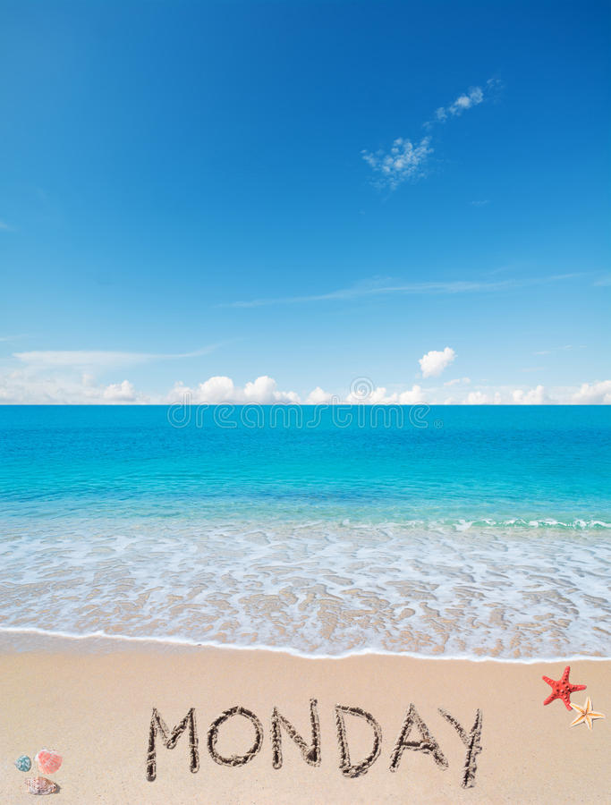 在一个热带海滩的星期一在云彩下 免版税库存照片