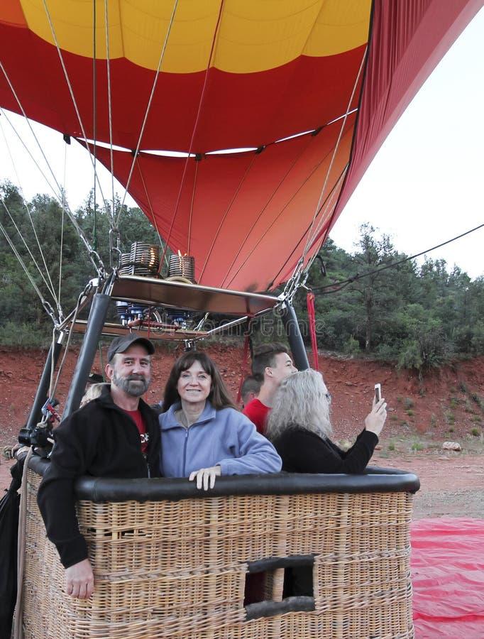 在一个热空气气球的一对夫妇为离地升空做准备在Sedona附近, 免版税库存照片