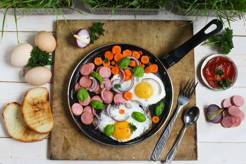 在一个煎锅的煎蛋有菜的 库存图片