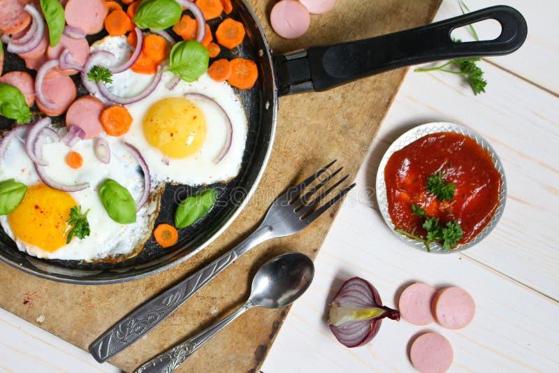 在一个煎锅的煎蛋有菜的 库存照片