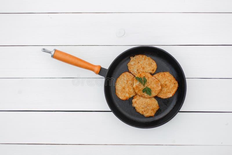 在一个煎锅的鲜美薄煎饼在一张白色木桌上 图库摄影