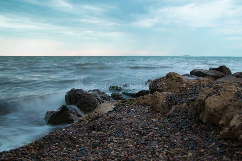 在一个狂放的海滩的海浪 免版税库存图片