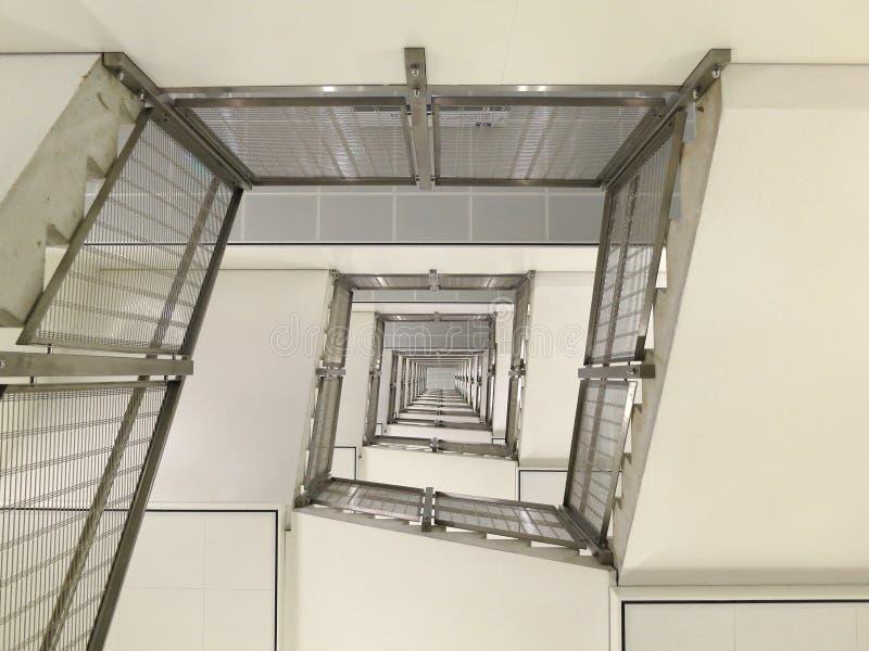 在一个现代大厦的螺旋楼梯 库存图片