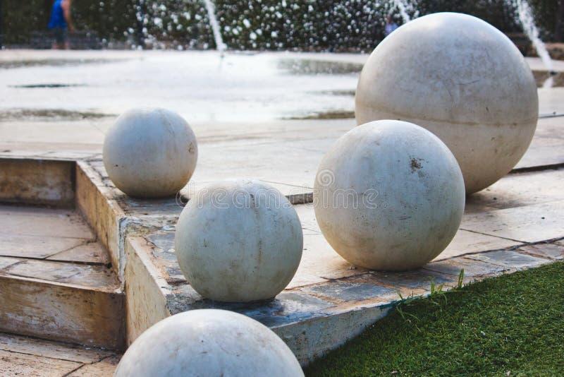 在一个现代设计喷泉的巨型白色大理石球形 免版税库存图片