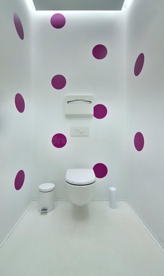 在一个现代顶楼样式的公共厕所 简单派,洗手间,刷子, 库存图片