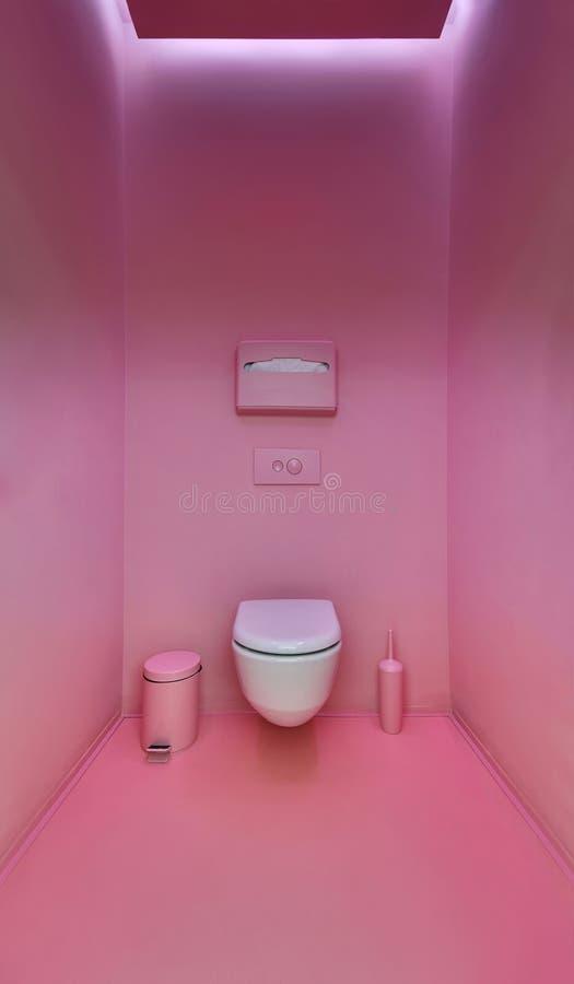 在一个现代顶楼样式的公共厕所 简单派,洗手间,刷子, 图库摄影