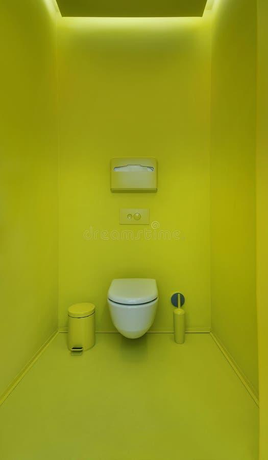 在一个现代顶楼样式的公共厕所 简单派,洗手间,刷子, 免版税库存图片