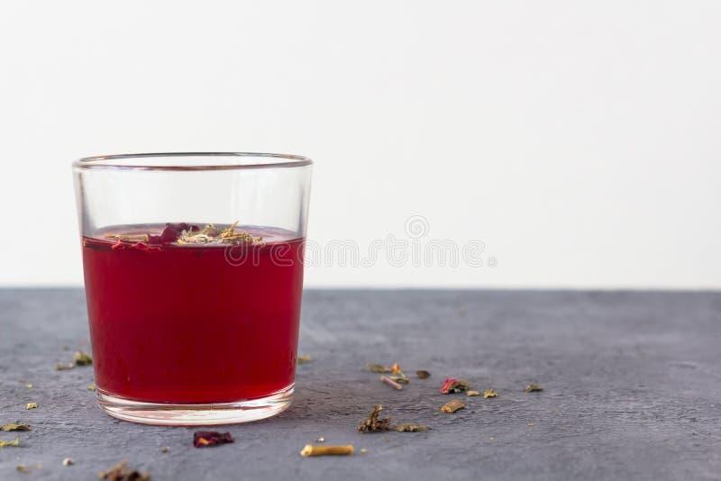 在一个玻璃杯子的红色木槿茶 免版税库存照片