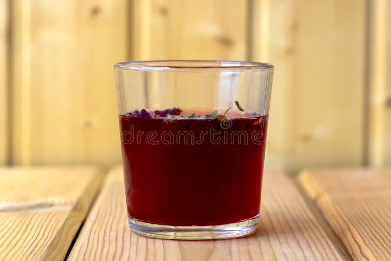 在一个玻璃杯子的红色木槿茶 免版税库存图片