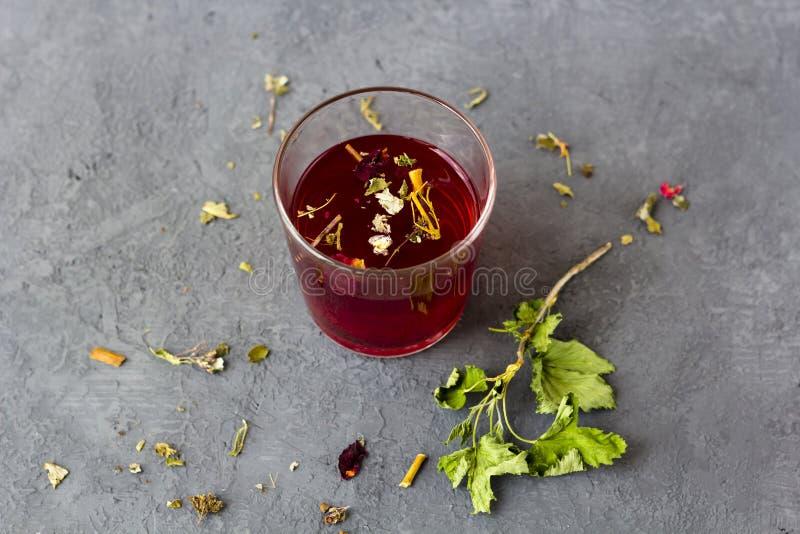 在一个玻璃杯子的红色木槿茶 库存照片