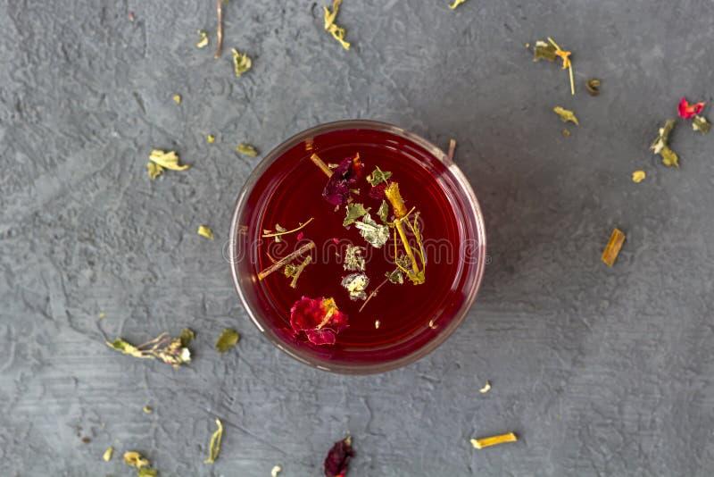 在一个玻璃杯子的红色木槿茶 免版税图库摄影