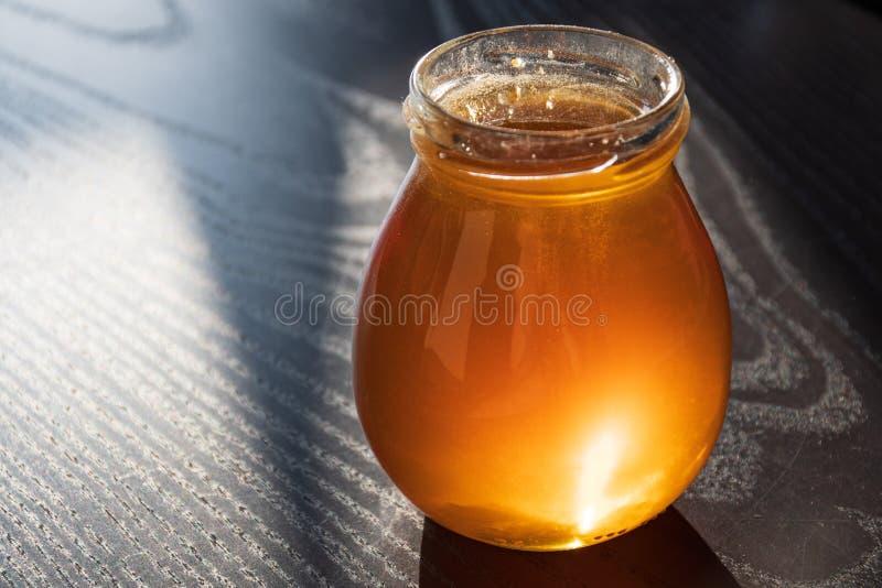 在一个玻璃瓶子的可口有机自然生物蜂蜜 库存图片