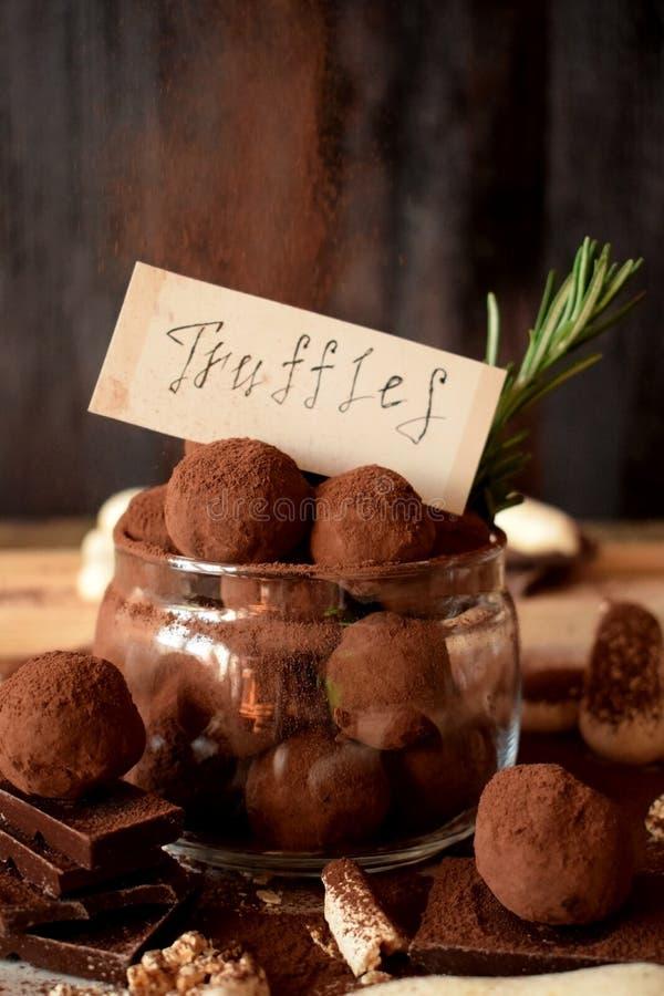 在一个玻璃瓶子的块菌状巧克力 免版税库存图片