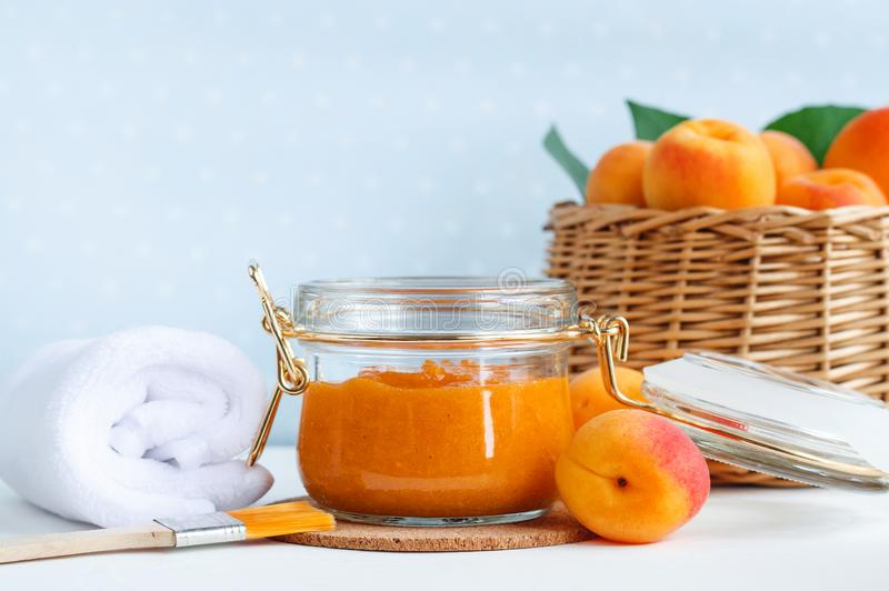在一个玻璃瓶子的自创杏子面罩 DIY化妆用品和温泉 免版税库存照片