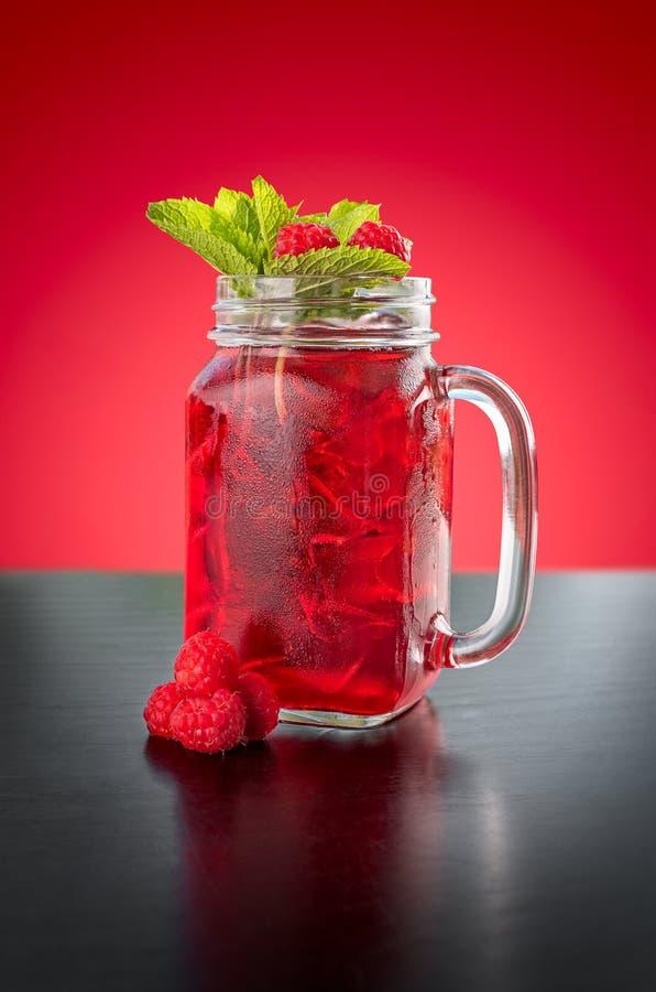 在一个玻璃瓶子的自创莓果冰茶 库存图片