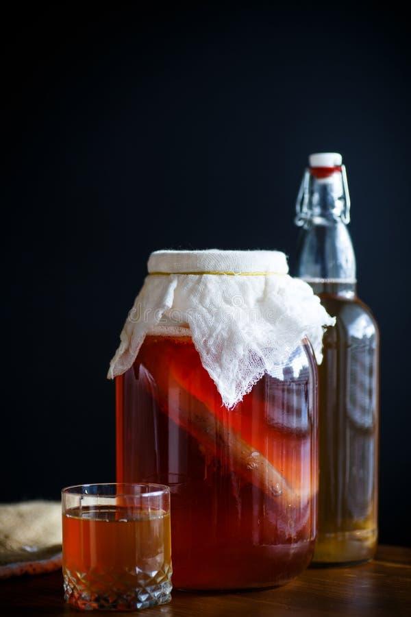 在一个玻璃瓶子的茶蘑菇用茶 免版税库存照片